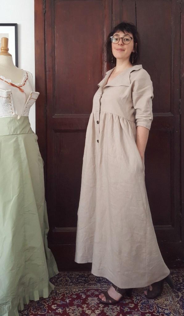 vue de côté de la robe Sofia en lin beige