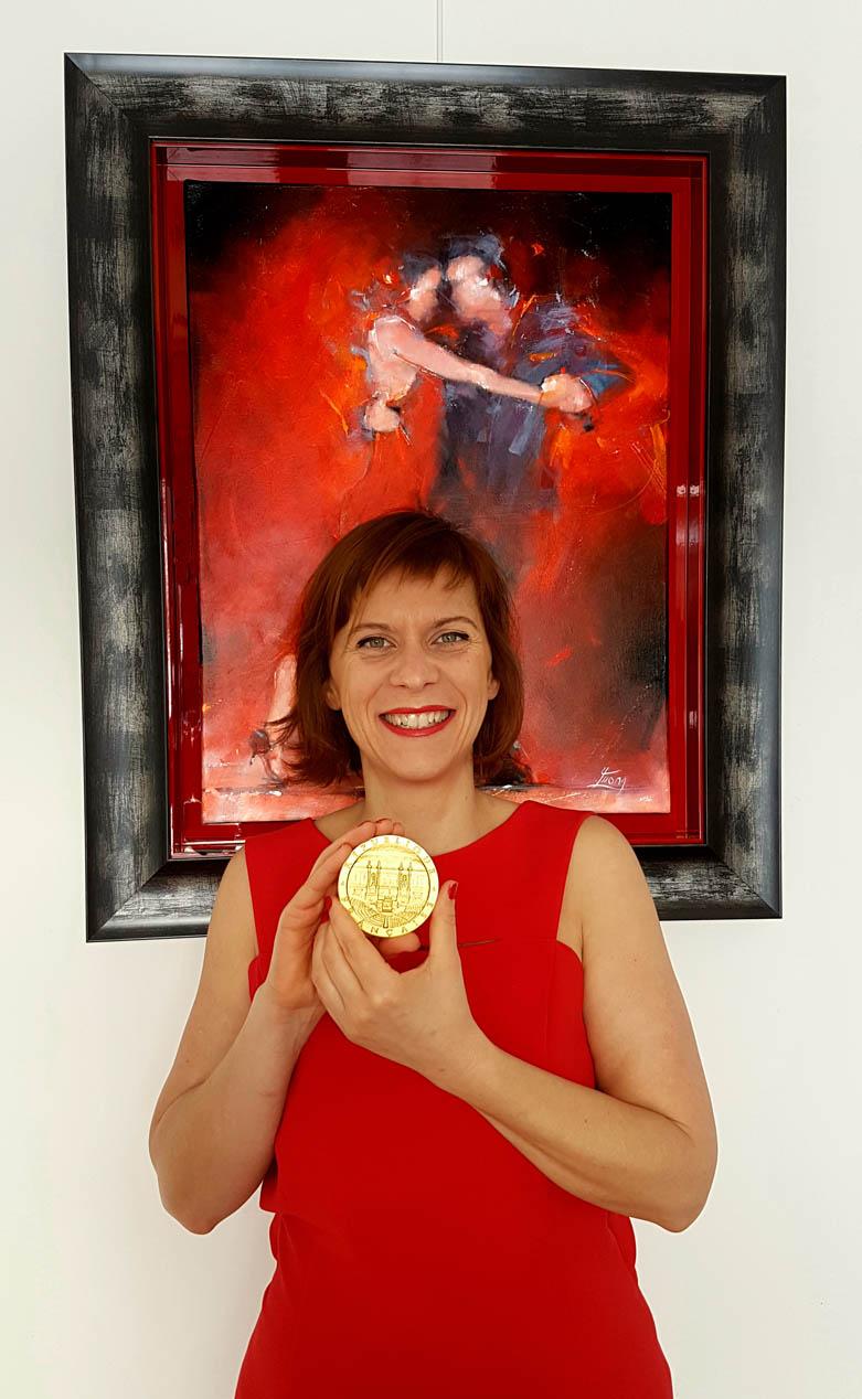 Récompense : la médaille de l'assemblée nationale reçue par Lucie LLONG pour son travail artistique