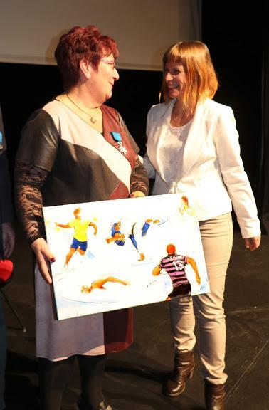 USI : Nicole Boeuf et Lucie LLONG autour du tableau offert par la municipalité d'Issoire