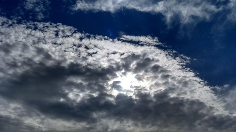 Cielo e nuvole che coprono il sole