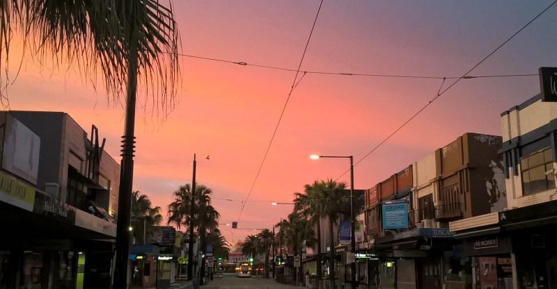 Strada australiana all'alba, con cielo rosa e viola