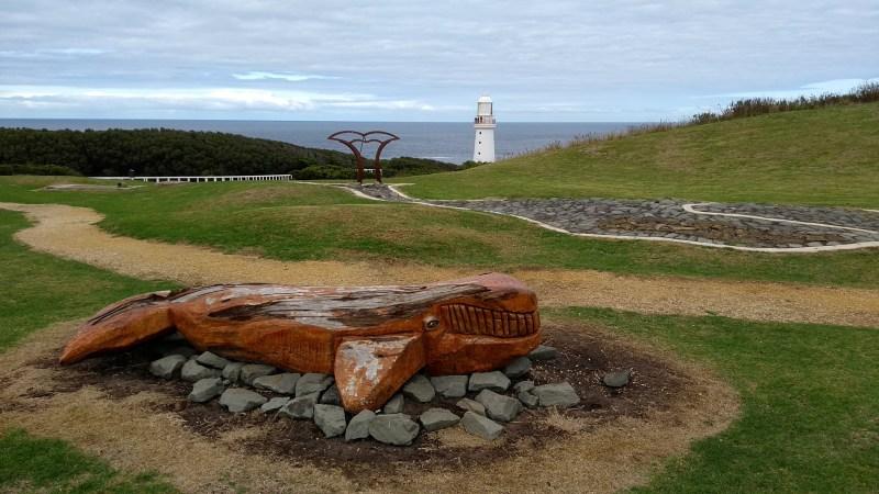 Cape Otway panorama e faro con balena in legno in primo piano