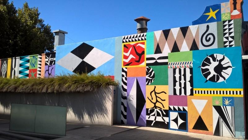 Street art colorata su un muro