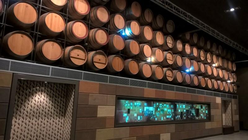 Adelaide, interno del Museo Nazionale del Vino, con botti
