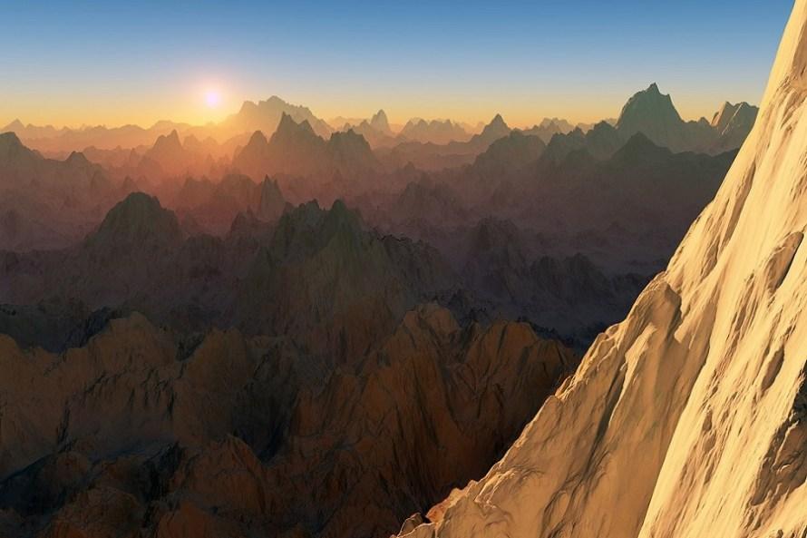 Montagna con vista su cime di montagne al tramonto