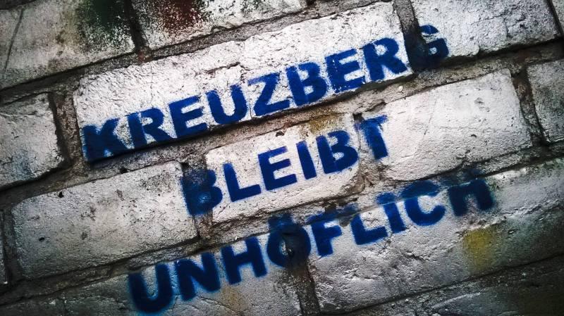 """Scritta su un muro di Kreutzberg a Berlino: Kreutzberg Bleibt unhöflich"""""""