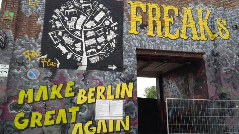 Facciata colorata di un locale a Berlino