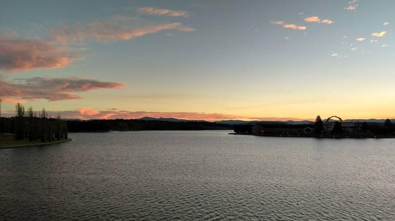 Canberra corso d'acqua con nuvole rosa