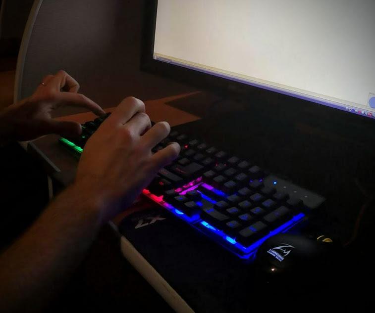 tastiera pc che emette luci colorate