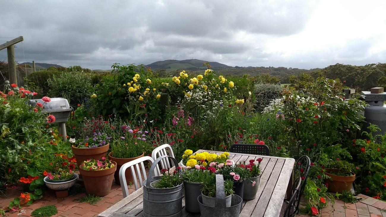 glamping giardino fiorito con tavolo e sedie