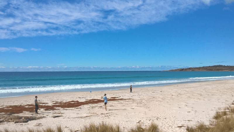 spiaggia tasmania ragazzi che giocano a palla