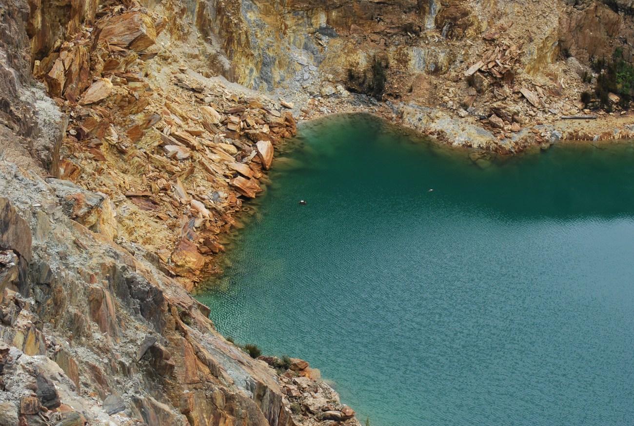 iron blow particolare lago e pietre