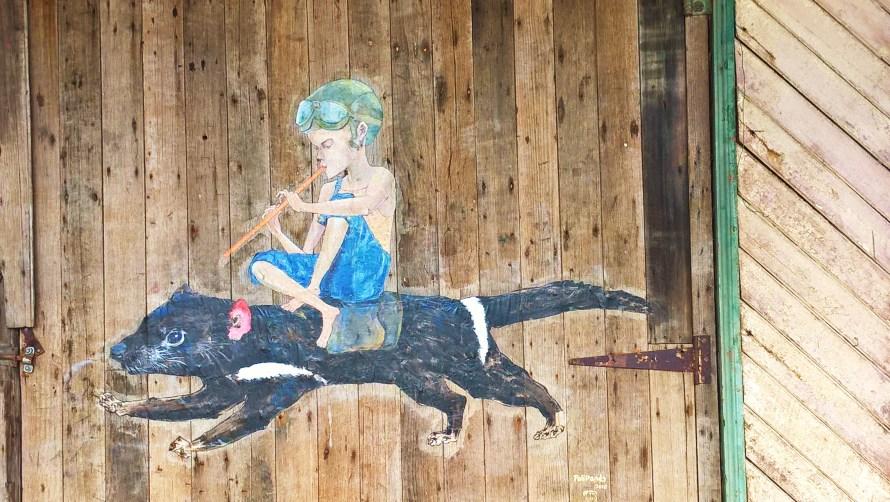 queenstown street art bambino su un diavolo della tasmania