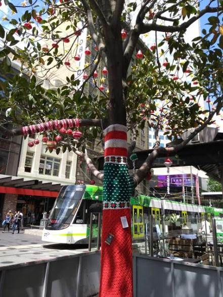 albero decorato con lana sul tronco per natale