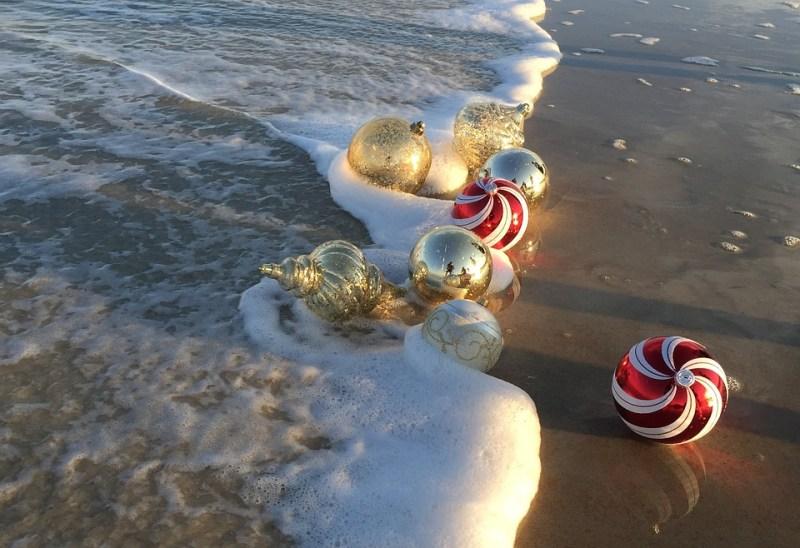 palle di natale in spiaggia