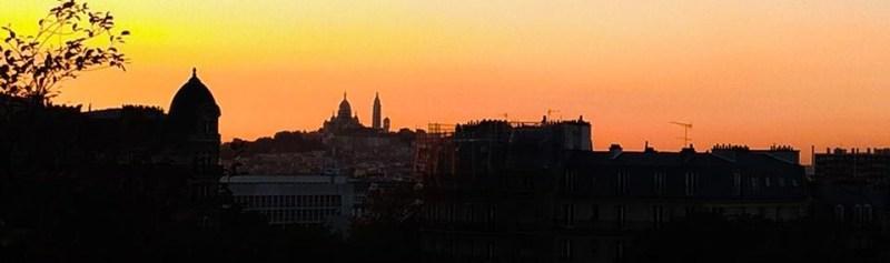 Parigi al tramonto vista dalle Buttes-Chaumont