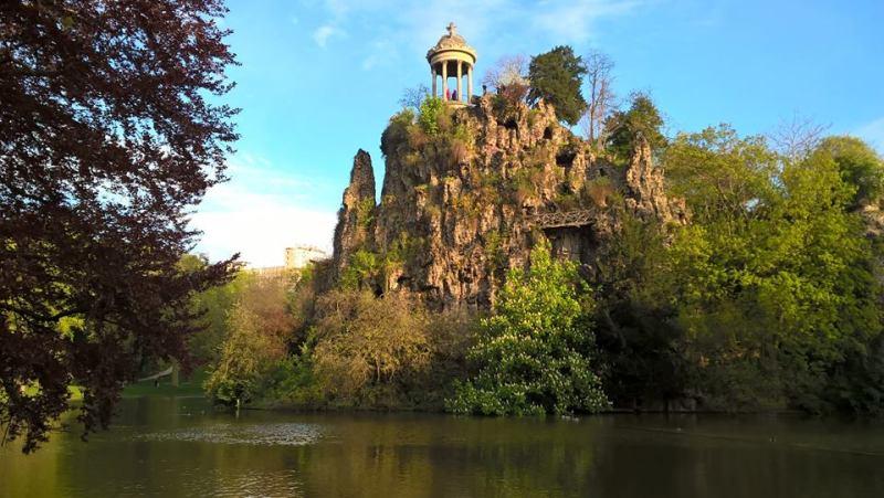 Buttes-Chaumont, Parigi: laghetto con tempietto della Sibilla