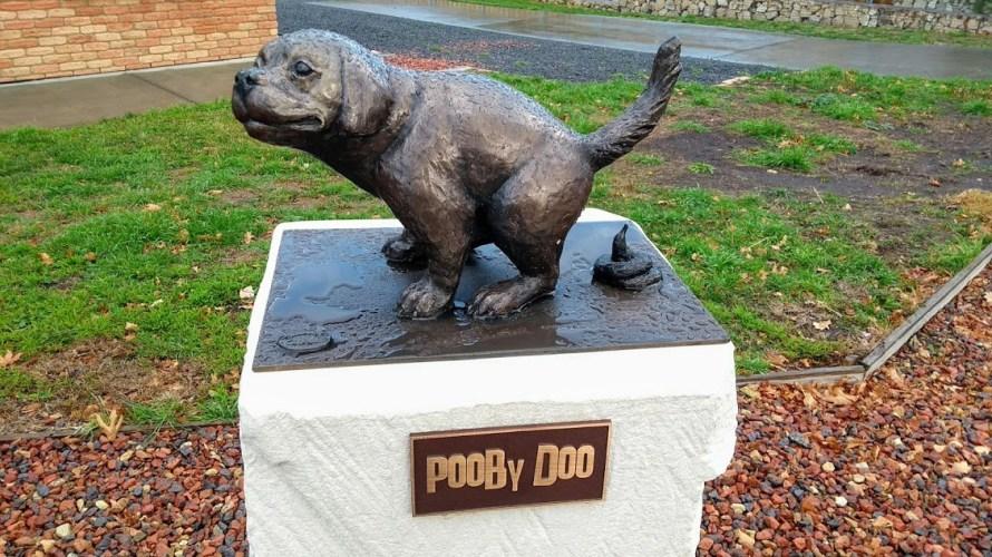 Statua di cane che fa la cacca, davanti al Museo della cacca