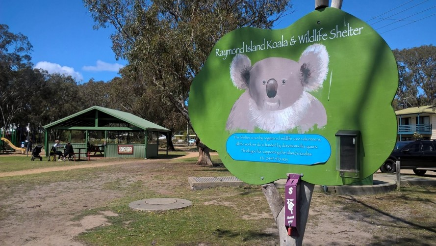 Raymond Island cartello di benvenuto con koala