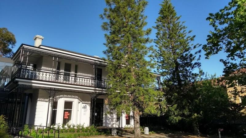 casa australiana a due piani con alberi