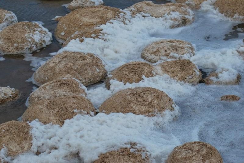 tromboliti da vicino con schiuma creata dall'acqua del lago