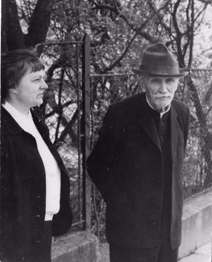 Зеновія Штундер і Станіслав Людкевич біля будинку по вулиці Військовій, 7 (тепер – Людкевича, 7)