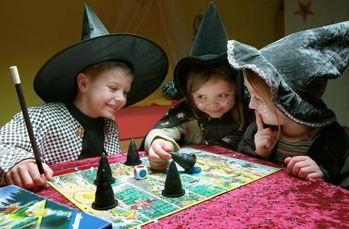 Niños jugando a Husch Husch kleine Hexe