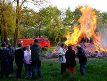 ostern_2011_400x300_osterfeuer_01