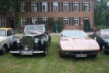 rechts ein Maserati Ghibli, Bj. 1969, links ein Bentley M2 VI, Bj. 1948