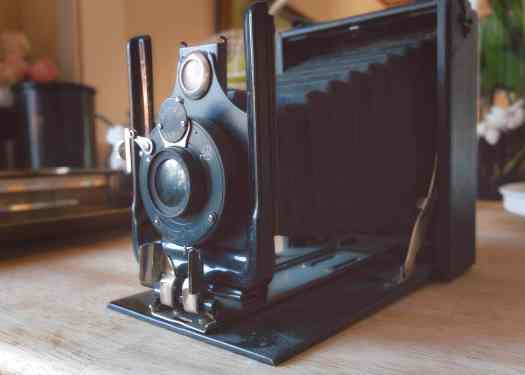 Analog kamera av äldre modell - Ludwig Sörmlind