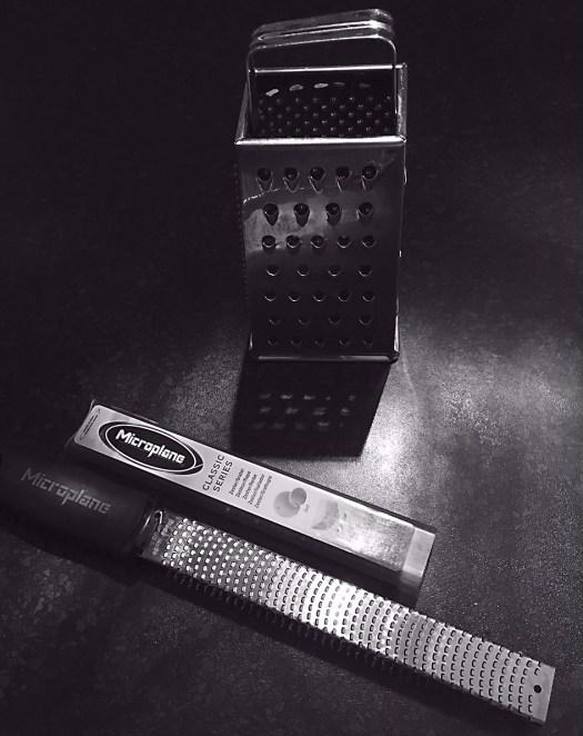 Une râpe traditionnelle en forme de trapèze et la râpe Microplane qui permet de râper très fin. Photo Claude Séguin