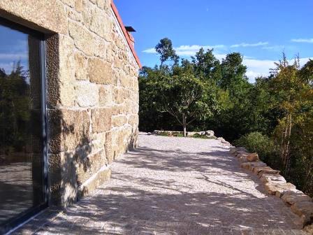 sfeerbeeld buiten zijkant villa lugar do pego gecomprimeerd naar websiteformaat voor op mijn eigen website