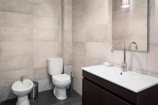 foto badkamer in oude adega bij slaapkamer bg adegahuis