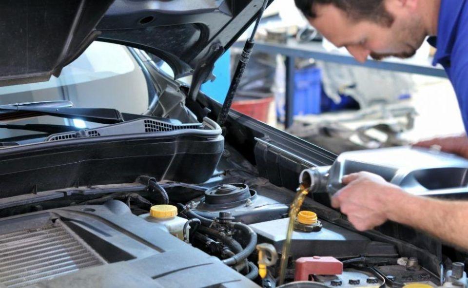 Revisa el motor y cambia el aceite para viajar en coche y evitar problemas