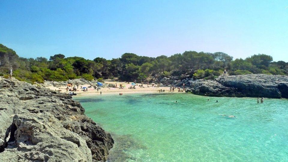 Playa de rocas planas Des Talaier