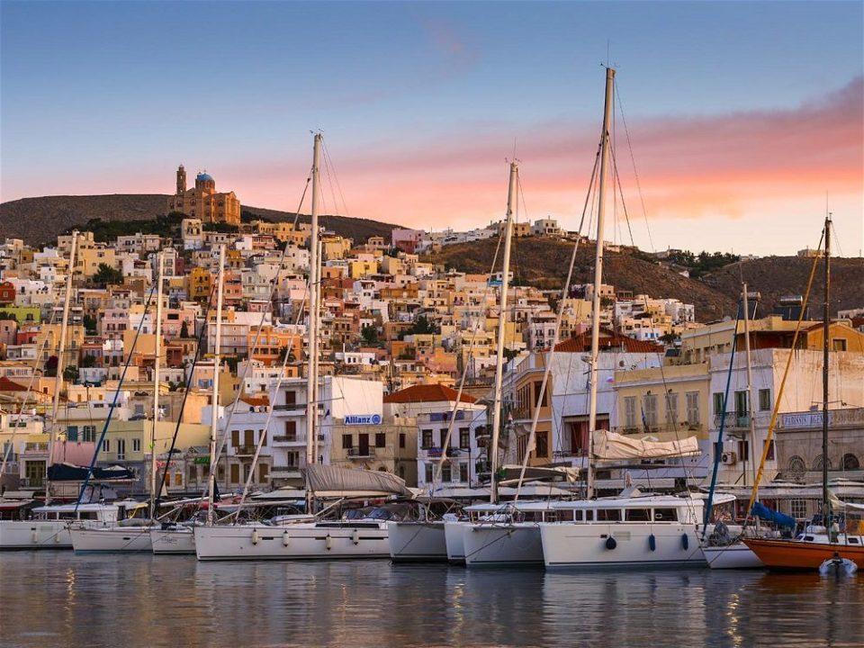 Ermoupoli, entre los pueblos costeros más bonitos de Grecia