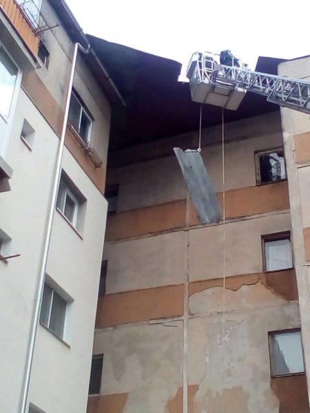 Lugoj Expres Acoperișul dislocat de furtună al unui bloc, degajat de pompieri