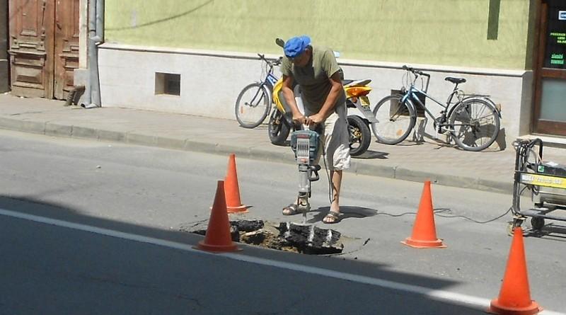 Lugoj Expres Capcană pe șosea! O mașină a căzut într-o groapă formată în carosabil șosea mașină căzută în groapă Lugoj groapă în carosabil groapă carosabil capcană asfalt surpat