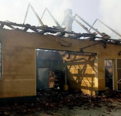 Lugoj Expres Incendiu devastator, la Jabăr! O casă a fost mistuită de flăcări (FOTO) scurt circuit pompierii Lugoj Jabăr ISU Timiș incendiu devastator incendiu casă mistuită de flăcări casă Boldur autovehicul