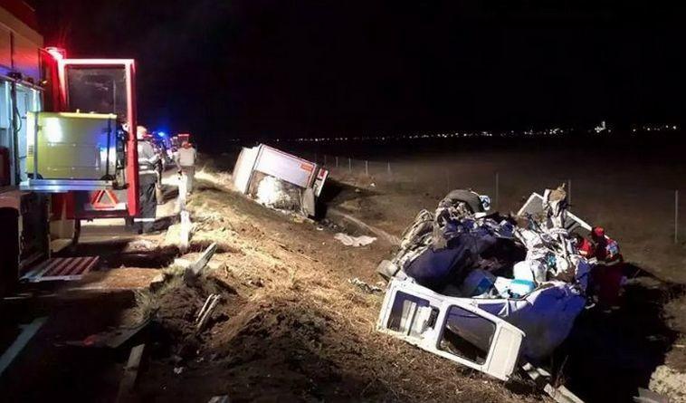 Lugoj Expres Microbuz spulberat de un TIR, pe autostrada A1. Șoferul microbuzului a murit pe loc, iar o femeie a fost rănită vătămare corporală ucidere din culpă TIR șofer decedat microbuz Lugoj dosar penal autostrada A1 accident