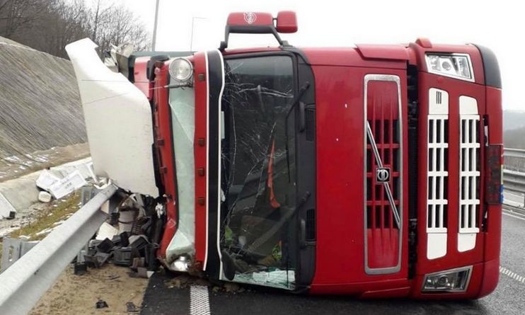 Lugoj Expres TIR răsturnat pe autostrada A1 tonaj TIR răsturnat TIR restricție circulație Autostrada accident A1