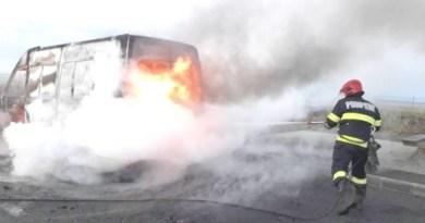 Lugoj Expres Microbuz distrus de flăcări, pe autostrada A1 Timișoara pompieri microbuz Lugoj ISU Timiș incendiu flăcări Autostrada A1