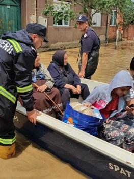 Lugoj Expres Gospodării inundate, la Fârdea! Pompierii au evacuat 5 copii și 3 adulți viitură scurgeri de pe versanți precipitații abundente pompieri Lugoj ISU Timiș inundații intervenție Fârdea Făget copii evacuați averse adulți evacuați