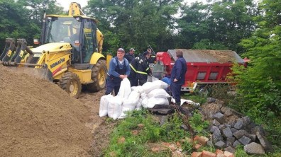 Lugoj Expres Pompierii lugojeni au folosit un utilaj unic în România, pentru consolidarea digului bazinului de retenție a canalizării municipiului Lugoj utilaj unic prevenire pompieri nisip Lugoj ISU Timiș inundații intervenție dig consolidare canalizare