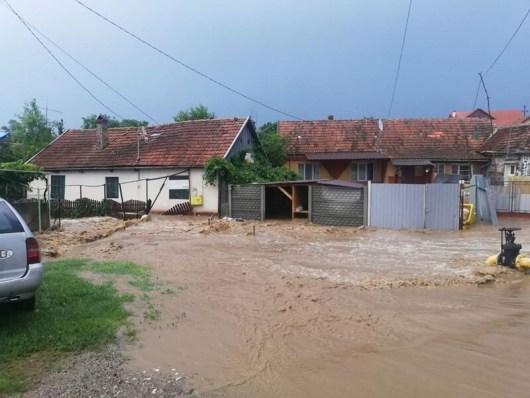 Lugoj Expres Inundații la Buziaș, în urma ploilor torențiale subsoluri inundate străzi inundate pompierii ploi torețiale ploi ISU Timiș inundații Buziaș inundații intervenții evacuarea apei curți inundate Buziaș