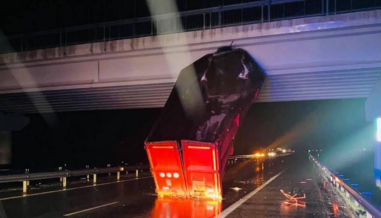 Lugoj Expres Accident pe autostrada A1. Remorca unui autotren a rămas agățată de un pod trafic restricționat remorca unui autotren pod autostrada A1 accident