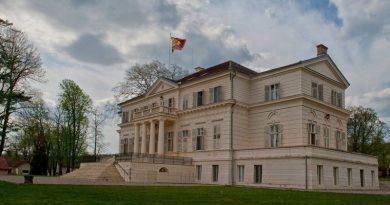 Lugoj Expres Domeniul Regal Săvârșin își deschide porțile pentru vizitatori Săvârșin Parcul Regal Săvârșin Muzeul Automobilului Familia Regală a României Domeniul Regal Săvârșin Domeniul Regal de la Săvârșin își deschide porțile pentru vizitatori