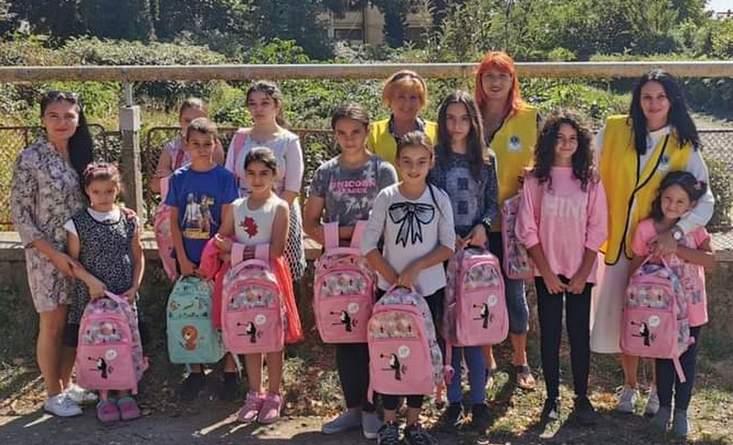 """Lugoj Expres Clubul Lions """"Ana Lugojana"""", daruri pentru copiii defavorizați, la început de an școlar rechizite Oana Tyukodi Lugoj Lions daruri copii defavorizați Clubul Lions """"Ana Lugojana"""" Lugoj an școlar"""