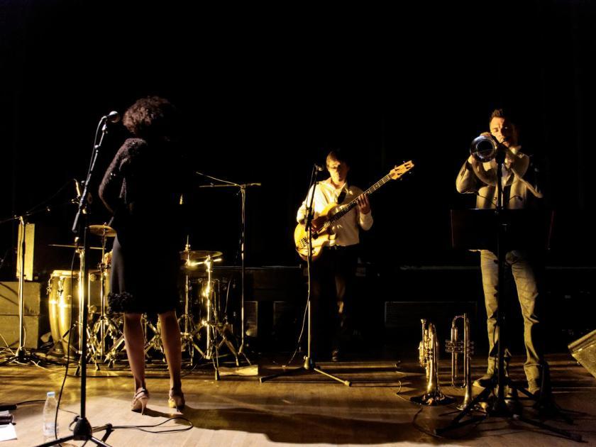 """Concierto de Akoda Afro Jazz durante el ciclo """"Les jeudis du jazz"""" celebrado en la asociación Larural de Créon, Francia. Fotografía de Luis F. Roncero."""