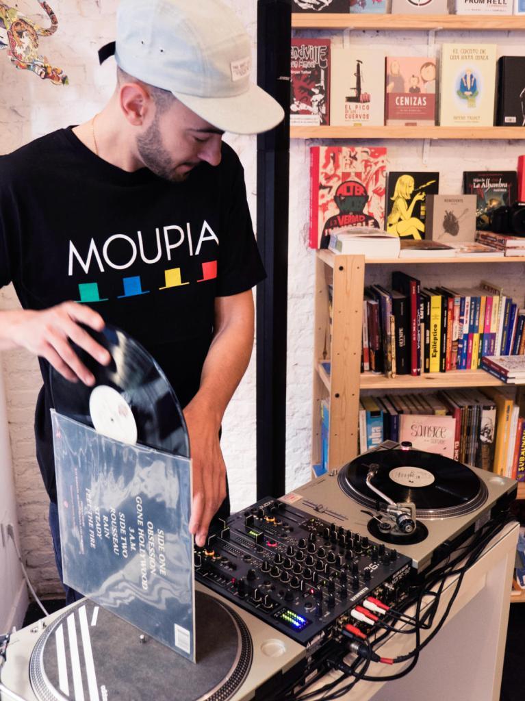 Emelvi prepara un vinilo. Dj set en la librería Molar durante el festival Red Bull Music Academy Weekender. Fotografía de Luis F. Roncero.